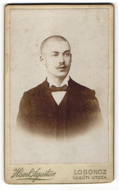 Fotografie Hável Ágoston, Losoncz, Portrait junger Mann mit rasiertem Schädel 0