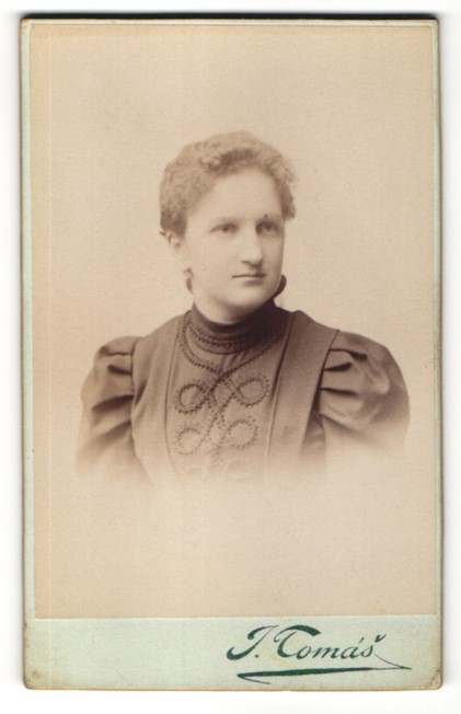 Fotografie J. Tomás, Prag, Portrait junge Frau mit zusammengebundenem Haar