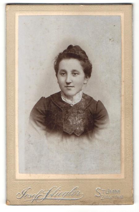 Fotografie Josef Stiegler, Stumm, Portrait junge Frau mit zusammengebundenem Haar