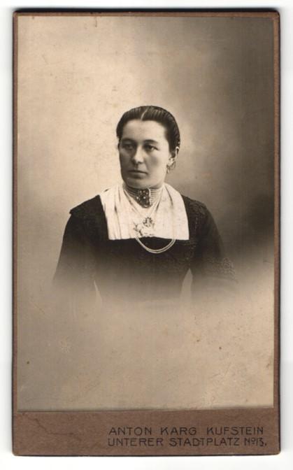 Fotografie Anton Karg, Kuftsein, Portrait Frau mit zusammengebundenem Haar 0