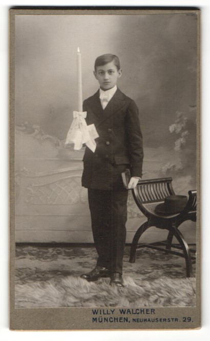 Fotografie Willy Walcher, München, Portrait Knabe in feierlicher Kleidung mit Kerze 0