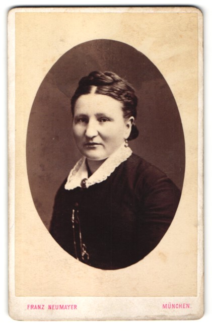 Fotografie Franz Neumayer, München, Portrait Frau mit zeitgenöss. Frisur