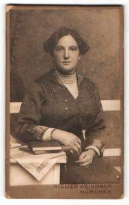 Fotografie Atelier Weihmayr, München, Portrait junge Frau mit zeitgenöss. Frisur