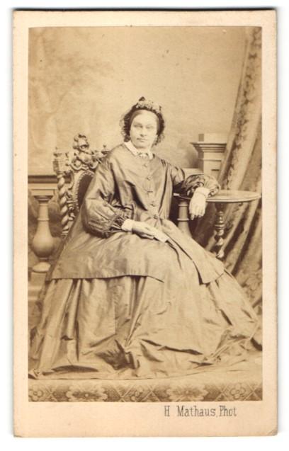 Fotografie H. Mathaus, Müncher, Portrait Frau in zeitgenöss. Garderobe 0