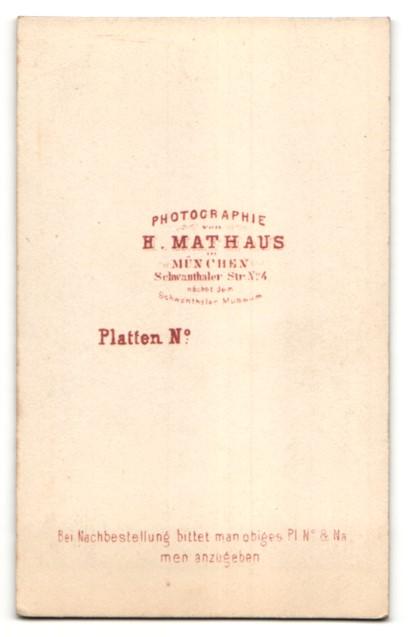 Fotografie H. Mathaus, Müncher, Portrait Frau in zeitgenöss. Garderobe 1