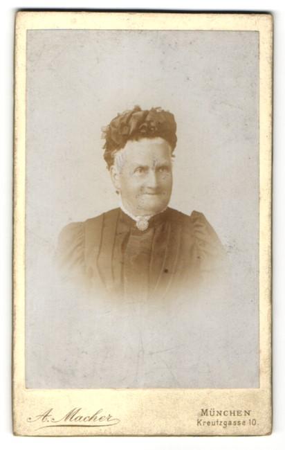 Fotografie A. Macher, München, Portrait betagte Dame mit Kopfbedeckung
