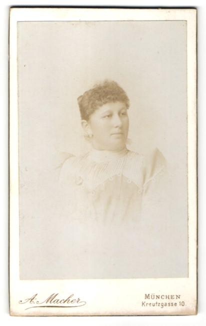 Fotografie A. Macher, München, Portrait junge Frau mit zusammengebundenem Haar