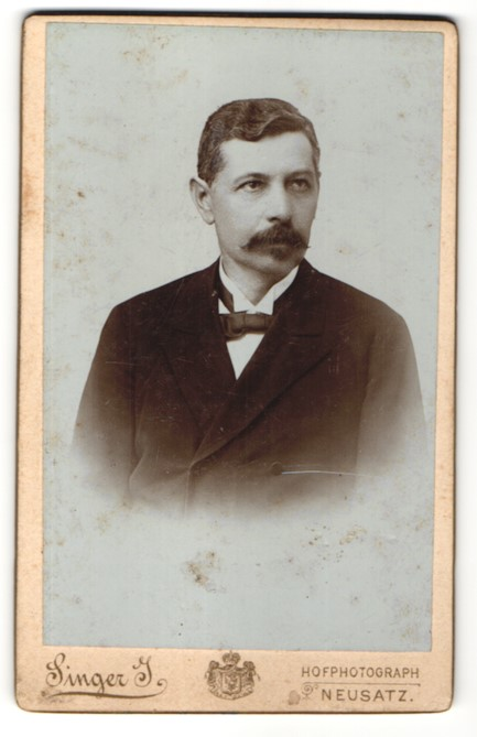 Fotografie Singer J., Neusatz, Portrait Herr mit Oberlippenbart
