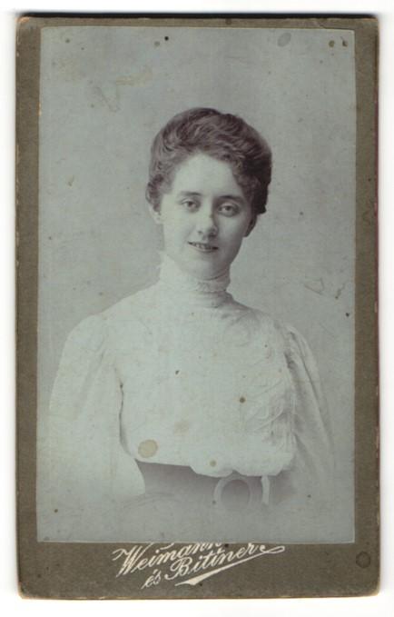 Fotografie Weimann & Bittner, Budapest, Portrait junge Dame mit zusammengebundenem Haar 0