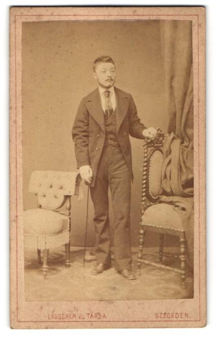 Fotografie Lauscher és Társa, Szegeden, Portrait junger Mann in Anzug