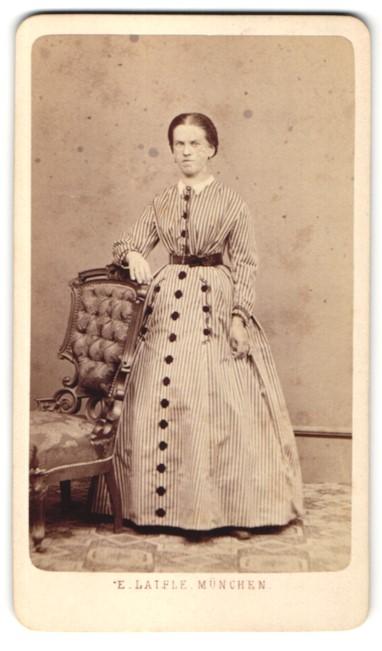 Fotografie E. Laifle, München, Portrait junge Frau in gestreiftem Kleid 0