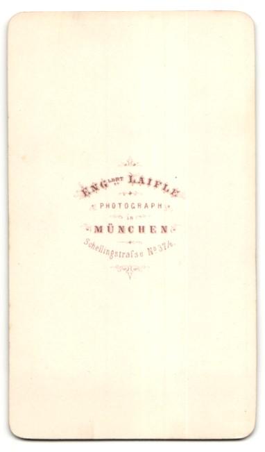 Fotografie E. Laifle, München, Portrait junge Frau in gestreiftem Kleid 1