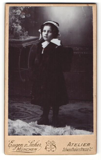 Fotografie Eugen v. Saher, München, Portrait Kleines Mädchen in Kleid mit Tornister 0