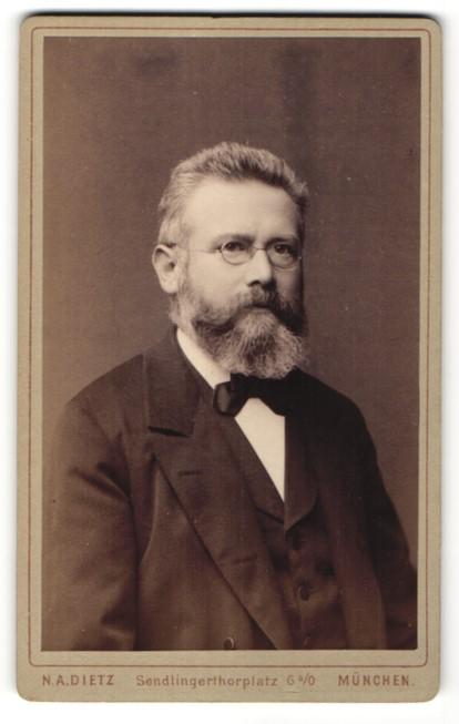 Fotografie N. A. Dietz, München, Portrait Herr mit Bart und Brille 0