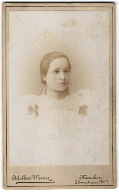 Fotografie Adalbert Werner, München, Portrait junge Frau mit zurückgebundenem Haar