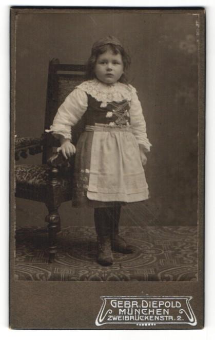 Fotografie Gebr. Diepold, München, Portrait kleines Mädchen in traditioneller Kleidung 0