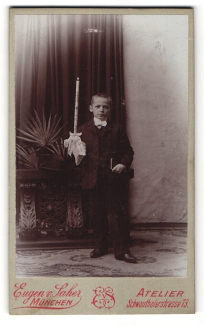 Fotografie Eugen v. Saher, München, Portrait Bub in Anzug mit Kerze