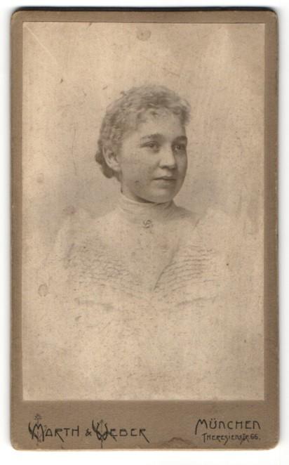 Fotografie Marth & Weber, München, Portrait junge Frau mit zusammengebundenem Haar