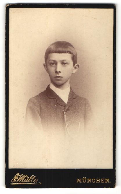 Fotografie F. Müller, München, Portrait Bub mit zeitgenöss. Frisur 0