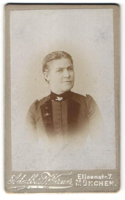 Fotografie Adalbert Werner, München, Portrait Frau mit zurückgebundenem Haar