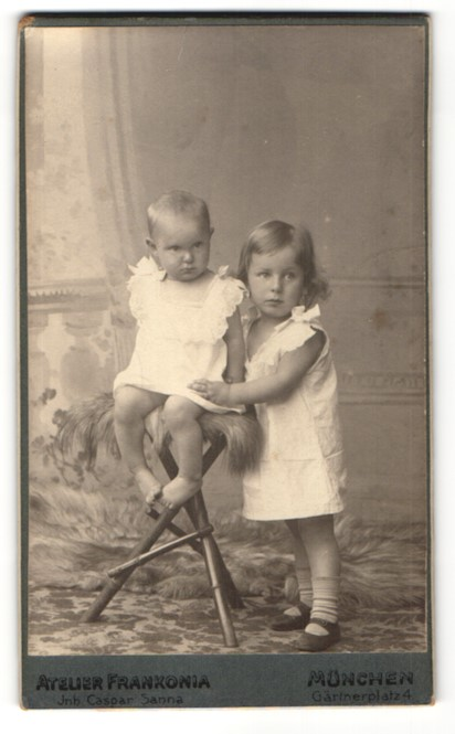 Fotografie Atelier Frankonia, München, Portrait zwei Kinder in Leibchen