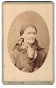 Fotografie Franz Neumayer, München, Portrait Greisin mit Kopftuch