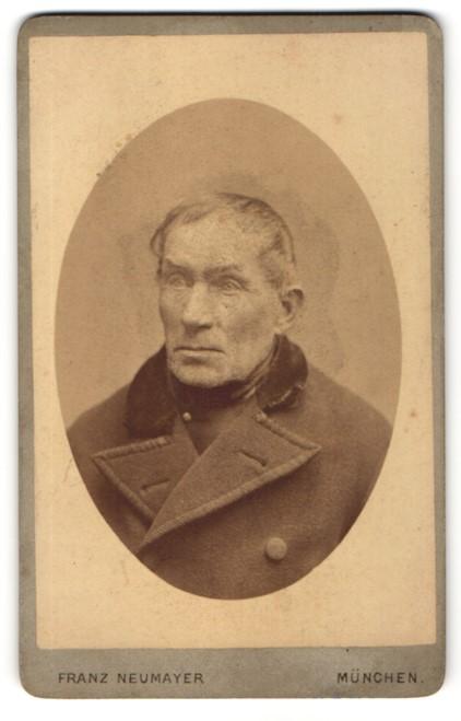 Fotografie Franz Neumayer, München, Portrait betagter Herr in Mantel
