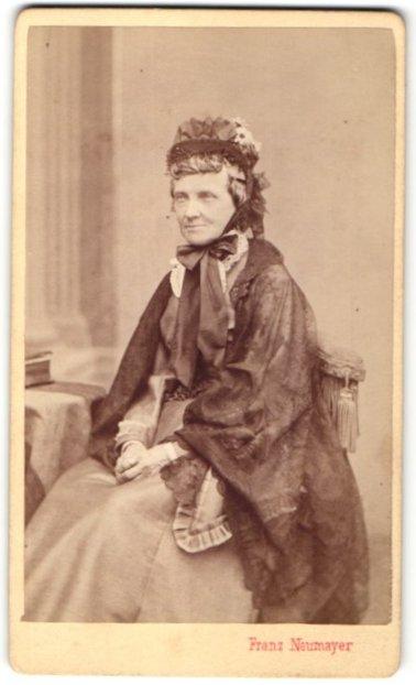 Fotografie Franz Neumayer, München, Portrait betagte Dame in traditioneller Garderobe