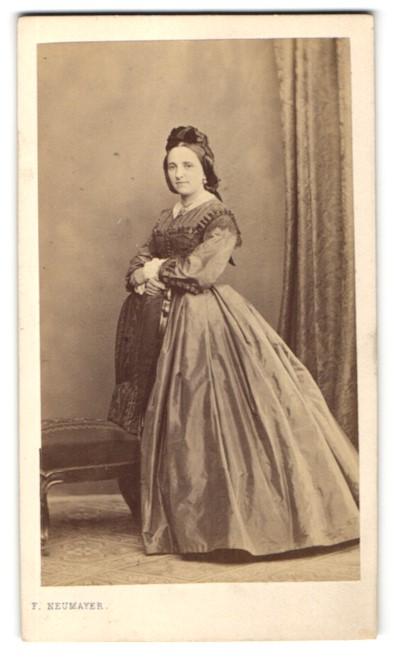 Fotografie F. Neumayer, München, Portrait Fräulein in festlichem Kleid