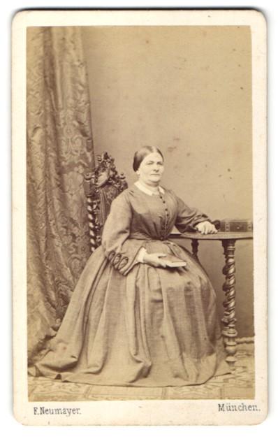 Fotografie E. Neumayer, München, Portrait Frau in Kleid 0