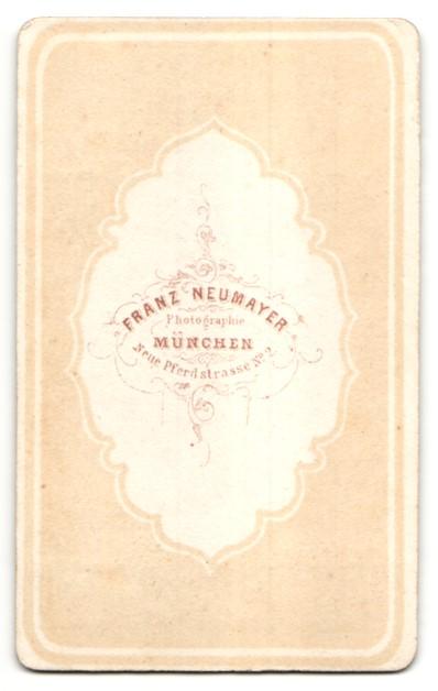 Fotografie E. Neumayer, München, Portrait Frau in Kleid 1