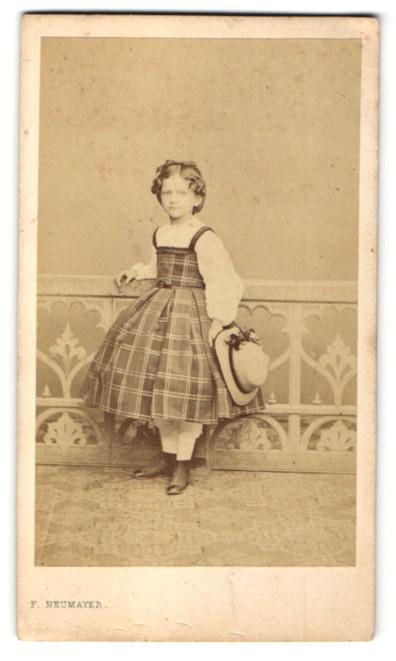 Fotografie F. Neumayer, München, Portrait Mädchen in kariertem Kleid