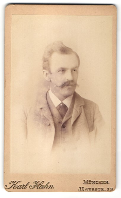 Fotografie Karl Hahn, München, Portrait Herr mit zeitgenöss. Frisur und Oberlippenbart