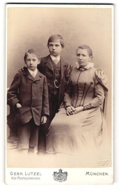 Fotografie Gebr. Lützel, München, Portrait Mutter mit zwei Söhnen