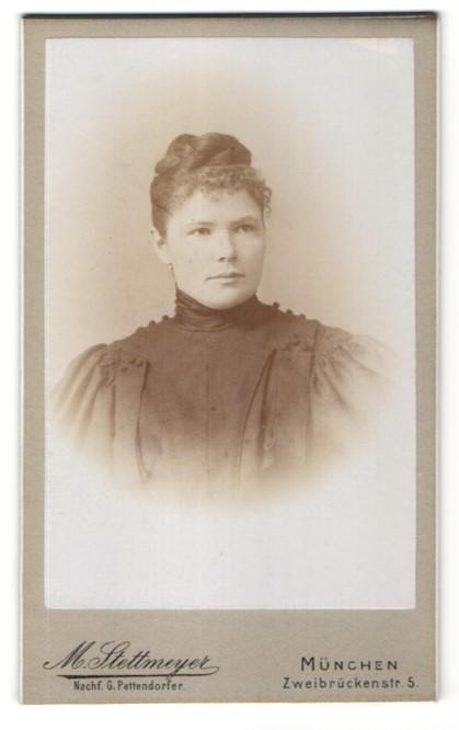 Fotografie M. Stettmeyer, München, Portrait junge Frau mit zusammengebundenem Haar