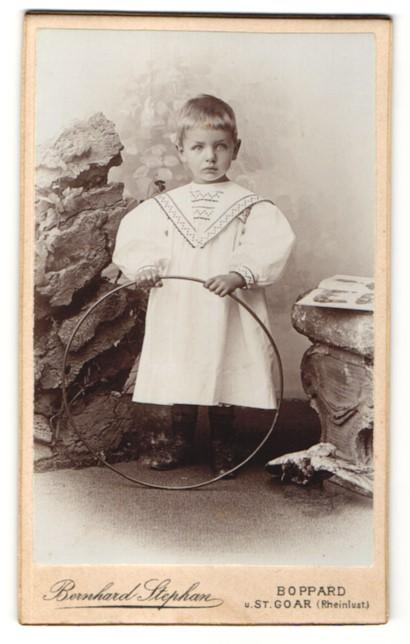 Fotografie Bernhard Stephan, Boppard & St. Goar, Portrait Kleinkind in Leibchen mit Reifen 0