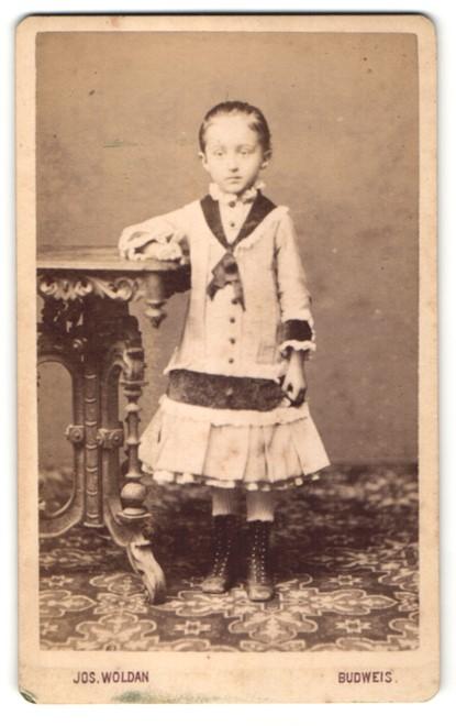Fotografie Jos. Woldan, Budweis, Portrait Mädchen in Kleid 0