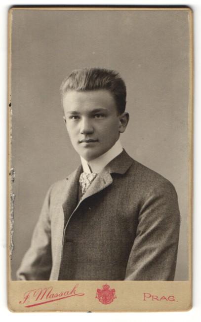 Fotografie F. Massak, Prag, Portrait halbwüchsiger Knabe mit Bürstenhaarschnitt