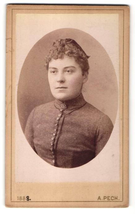 Fotografie A. Pech, Budweis, Portrait junge Frau mit zusammengebundenem Haar