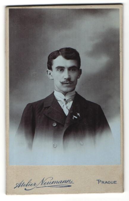 Fotografie Atelier Neumann, Prague, Portrait junger Herr mit zeitgenöss. Frisur