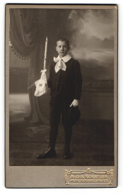 Fotografie Alois Koester, München, Portrait Knabe in feierlicher Kleidung mit Kerze