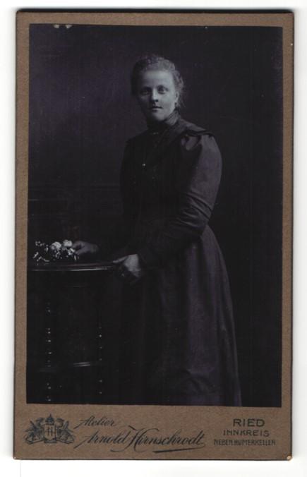 Fotografie Arnold Hirnschrodt, Ried, Portrait junge Frau in zeitgenöss. Kleidung