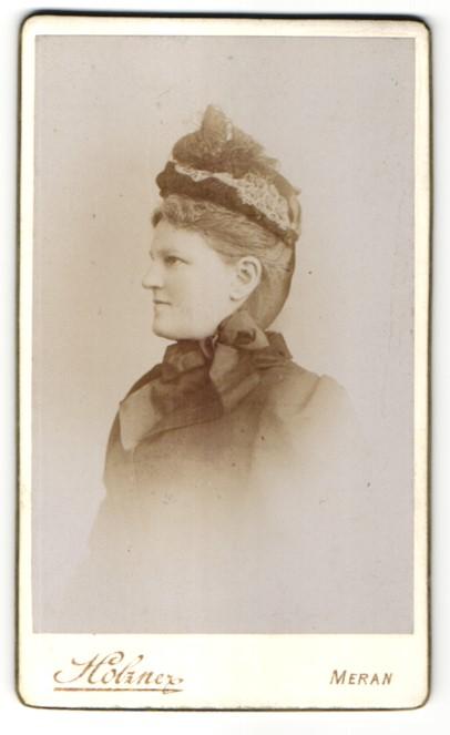 Fotografie Holzner, Meran, Profilportrait Dame mit zeitgenöss. Kopfbedeckung 0