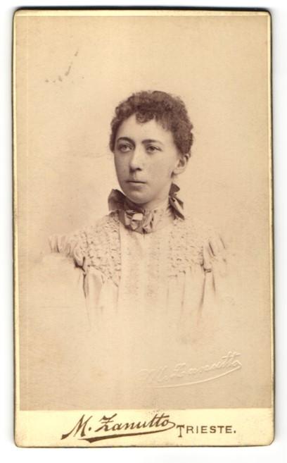 Fotografie M. Zanutto, Trieste, Portrait junge Frau mit zusammengebundenem Haar 0