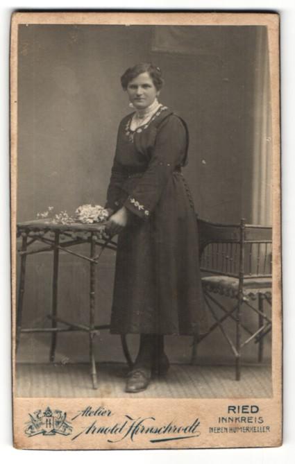 Fotografie Arnold Hirschrodt, Ried, Portrait junge Frau in zeitgenöss. Kleidung 0