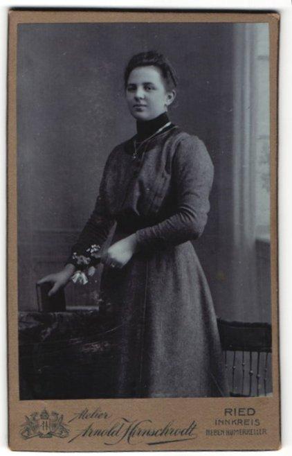 Fotografie Arnold Hirnschrodt, Ried, Portrait junge Frau in festlicher Kleidung