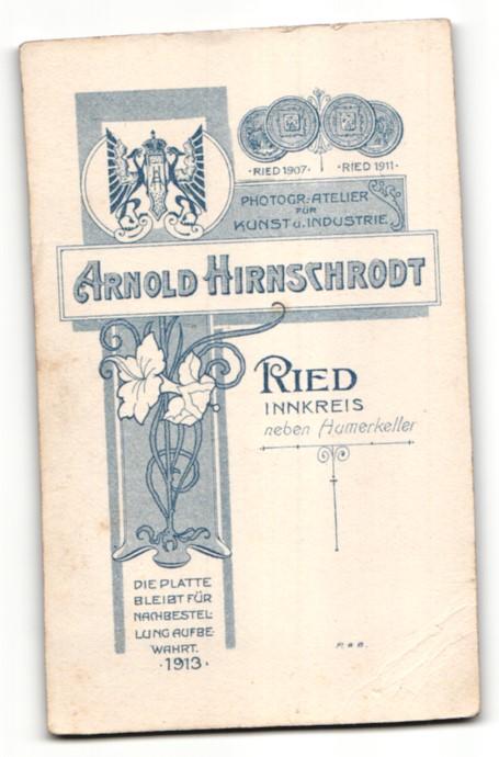Fotografie Arnold Hirnschrodt, Ried, Portrait junge Frau in festlicher Kleidung 1