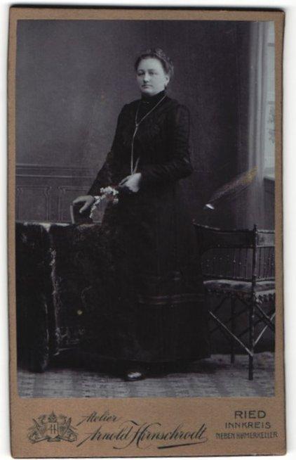 Fotografie Arnold Hirnschrodt, Ried, Portrait Dame in festlicher Kleidung 0