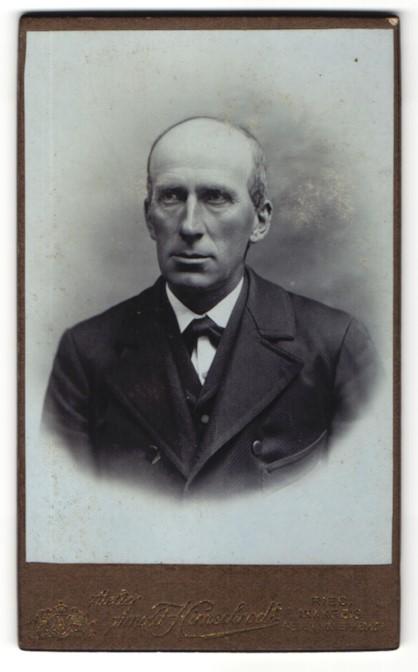 Fotografie Arnold Hirnschrodt, Ried, Portrait älterer Herr in Anzug 0