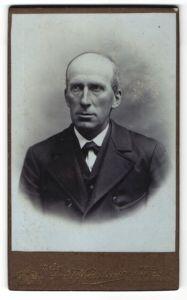 Fotografie Arnold Hirnschrodt, Ried, Portrait älterer Herr in Anzug